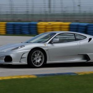 和職業賽車手一樣,駕駛超級跑車體驗飆車的快感